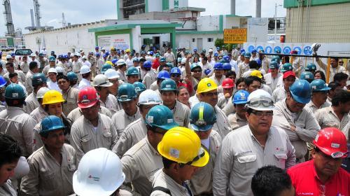 Petroleros negocian 3.37 pc de aumento salarial