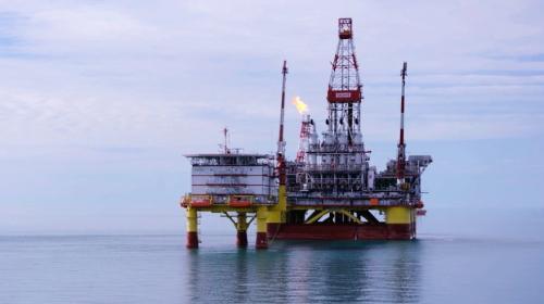 Extiende OPEP+ recorte en producción un mes más