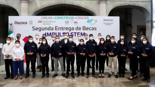 Iberdrola y gobierno de Oaxaca entregan becas universitarias