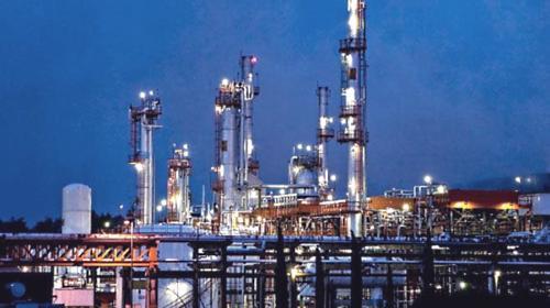 Continúa caída de procesamiento de refinerías en México: AIE